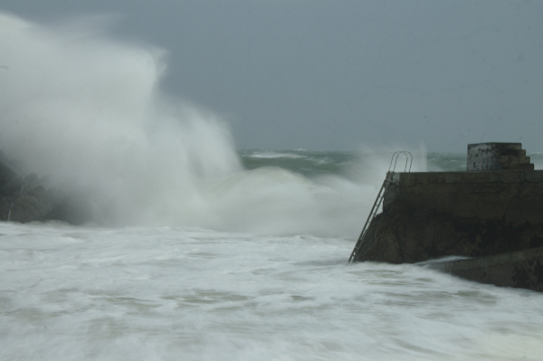 Waves break in Nowtown Cove
